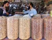 حیدرآباد: باچا خان چوک پر گاہک کو راغب کرنے کے لئے طرح طرح کے خشک میوہ ..