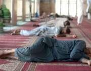 راولپنڈی: جامعہ مسجد میں نمازی دوپہر کے وقت آرام کر رہے ہیں۔