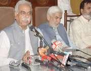لاہور: سابق لارڈ میئر لاہور کرنل (ر) مبشر پریس کلب میں پریس کانفرنس کر ..