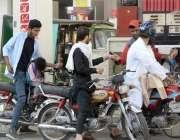 راولپنڈی: موٹرسائیکل سواربغیر ہیلمٹ پیٹرول ڈالوا رہے ہیں۔