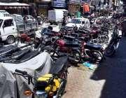 راولپنڈی: بوہڑ بازار میں فٹ پاتھ پر پارک کی گئی موٹر سائکلیں جن کے باعث ..