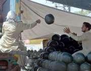 راولپنڈی:مزدور ٹرک سے تربوز اتار رہے ہیں۔