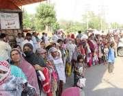 لاہور: رمضان بازار میں سستا آٹا خریدنے کے لیے خواتین قطار بنائے کھڑی ..
