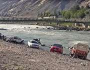 گلگت:ڈرائیور دریائے انڈر کنارے اپنی گاڑیاں دھو رہے ہیں۔