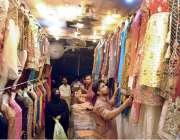 حیدر آباد: دکاندار گاہکوں کو متوجہ کرنے کے لیے لیڈیز کپڑے سجا رہا ہے۔