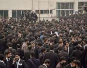 لاہور وکلاء پی آئی سی کا گھیراؤ کر کے احتجاج کررہے ہیں۔