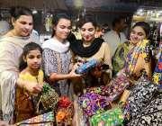 حیدر آباد: عید کی تیاریوں میں مصروف خواتین ہینڈ بیگ پسند کر رہی ہیں۔