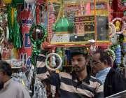 لاہور : عید میلادالنی کی مناسبت سے ایک شخص خانہ کعبہ کا ماڈل فروخت کرنے ..
