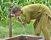 فیصل آباد: ایک نوجوان ہینڈ پمپ سے پانی پی کر اپنی پیاس بجھا رہا ہے۔