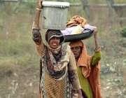 اسلام آباد: خانہ بدوش خواتین کپڑے دھونے کے بعد واپس جارہی ہیں
