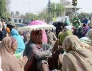 لاہور: مال روڈ پر لیڈی ہیلتھ ورکزمطالبات کے حق میں احتجاجی دھرنا دیئے ..