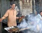 گلگت: دکاندار گاہکوں کو متوجہ کرنے کے لیے سڑک کنارے سیخ کباب بنا رہاہے۔