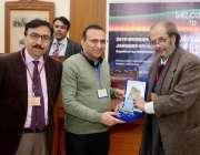 لاہور: گورنمنٹ کالج یونیورسٹی لاہور میں ریاضیات پر ورکشاپ کے موقع پر ..
