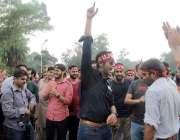 لاہور: سرکاری ہسپتالوں کی نجکاری کیخلاف مظاہرے کے شرکاء نعرے بازی کر ..