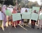 لاہور: کامونکی کی رہائشی خواتین پریس کلب کے سامنے پولیس کے خلاف احتجاج ..