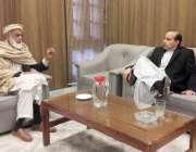 پشاور: وزیر قانون خیبرپختونخوا سلطان محمد خان اپنے دفتر میں لوگوں کے ..