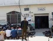 لاہور: شملہ پہاڑی مسجد میں نماز جمع کے وقت پولیس اہلکار الرٹ کھڑا ہے۔