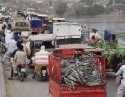 لاہور: راوی پرانا پل پر ٹریفک جام کا ایک منظر۔