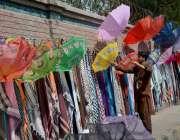 فیصل آباد: دکاندار نے گاہکوں کو متوجہ کرنے کے لیے چھتریاں سجا رکھی ہیں۔