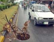 فیصل آباد: سڑک کے درمیان کھلا پی ٹی سی ایل کا مین ہول کسی حادثے کا سبب ..