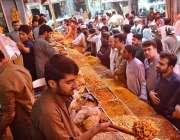 کوئٹہ: عیدالفطر کی آمد کے موقع پر شہری نمکین اشیاء خریدنے میں مصروف ..