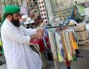 سرگودھا: دکاندار گاہکوں کو متوجہ کرنے کے لیے تسبیحاں سجا رہا ہے۔