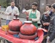 لاہور: شہری ریڑھی والے سے کانجی پی رہے ہیں۔