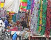 راولپنڈی: شہری عید کے موقع پر پھولوں کے سٹال سے گلاب کی پتیاں خرید رہے ..