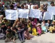 حیدر آباد: لطیف آباد کے رہائشی مقامی ایس ایچ او کے خلاف احتجاج کر رہے ..