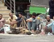 راولپنڈی: مزدور بنی چوک پر روزی کمانے کے لئے  اپنے سامان کے ساتھ سڑک ..