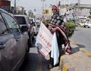 راولپنڈی: محنت کش خاتون گھر کی کفالت کے لیے صدر کے علاقے میں گاڑی صاف ..