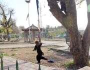 اسلام آباد: ایک بچہ جھولے سے لطف اندوز ہو رہی ہے۔