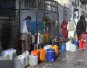 کوئٹہ: شہری واٹر فلٹریشن پلانٹ سے پینے کا پانی بھر رہے ہیں۔