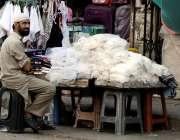 راولپنڈی: ہفتہ اور جمعہ بازار میں ایک محنت کش سٹال لگائے خریداروں کے ..