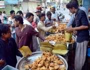 حیدر آباد: افطاری سے قبل شہری سموسے وغیرہ خرید رہے ہیں۔