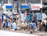 اسلام آباد: مزدور اڈے میں کام کے انتظار میں بیٹھے ہیں۔