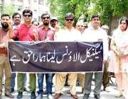 حیدر آباد: واپڈا کے افسران ٹیکنیکل الاؤنس کی بحالی کے لیے پریس کلب پر ..