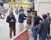 لاہور: مال روڈ پر واقع مسجد شہداء میں نماز جمعہ کی ادائیگی کے لیے آنیوالوں ..