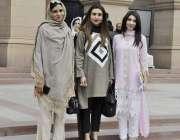 لاہور: پنجاب اسمبلی کے اجلاس میں شرکت کے بعد خواتین اراکین اسمبلی کا ..