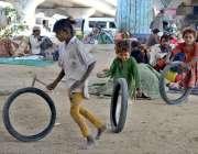 کراچی: خانہ بدوش بچے سڑک کے کنارے کھیل رہے ہیں۔