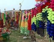 راولپنڈی: شہری ایک سٹال سے مویشیوں کا آرائشی سامان پسند کر رہا ہے۔