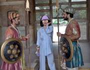 لاہور: چینی سیاہ شاہی قلعہ کے گارڈز کے ہمراہ کھڑی تصاوری بنوا رہی ہے۔