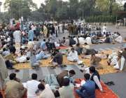 لاہور : سب انجینر زاپنے مطالبات کے حق میں گورنر ہاؤس کے سامنے دھرنا ..