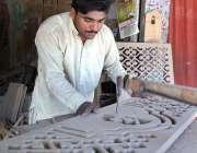 اسلام آباد: کارپینٹر فرنیچر پر مختلف قسم کے ڈیزائن بنانے میں مصروف ..