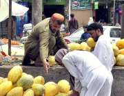 اسلام آباد: ریڑھی بان فروخت کے لیے خوبوزے سجار ہاہے۔