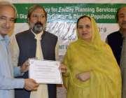 پشاور: سیکرٹری فلاح و بہبود اصغرعلی دوروزہ تربیتی ورکشاپ میں خواتین ..