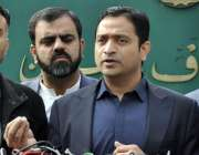 اسلام آباد: پی ٹی آئی کے رہنما خرم شیر زمان پریس کانفرنس سے خطاب کر رہے ..