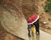 اسلام آباد: وفاقی دارالحکومت میں ہونیوالی بارش سے بچنے کے لیے ایک فیملی ..