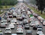 اسلام آباد: وفاقی دارالحکومت میں ہائی وے پر شدید ٹریفک جام کا منظر۔