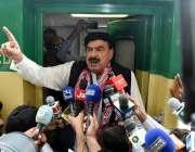لاڑکانہ: وفاقی وزیر ریلوے شیخ رشید احمد ریلوے ٹریک کا معائنہ کرنے کے ..